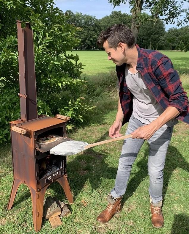 Fikki oudooroven voor pizza houtoven met pizzaschep